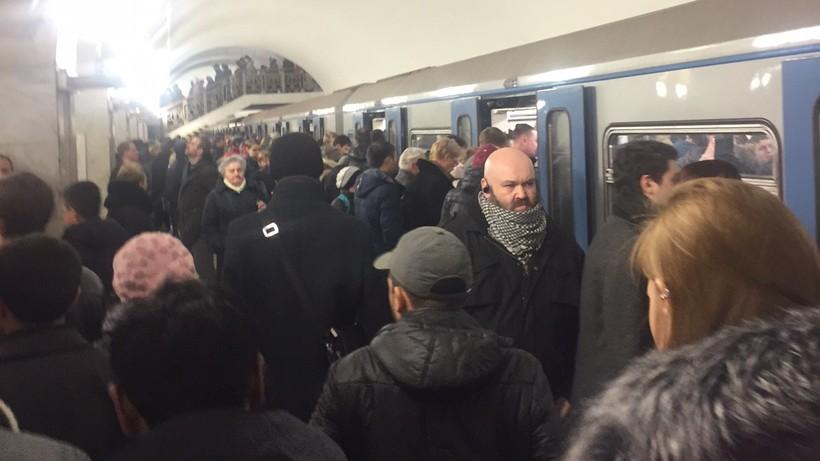 Поезда нафиолетовой линии московского метро ходят сувеличенными интервалами