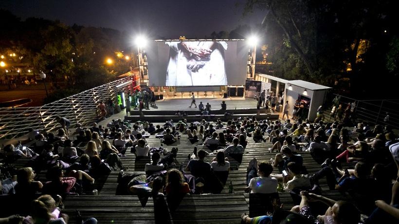 Москвичи посмотрят фильмы под открытым небом в«Музеоне»