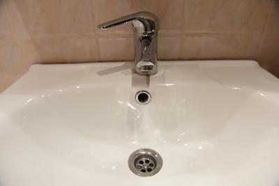 Жительница Подольска пожаловалась на коричневую воду с осадком в одном из жилых домов