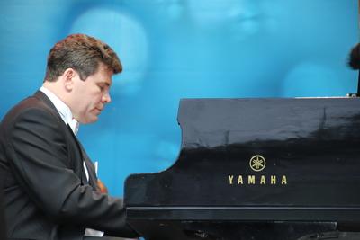 Пианист Денис Мацуев на форуме в Санкт‑Петербурге пригласил участников в Клин
