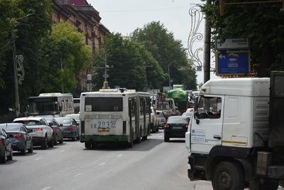 Житель Подольска пожаловался на водителя автобуса, который смотрел кино во время движения
