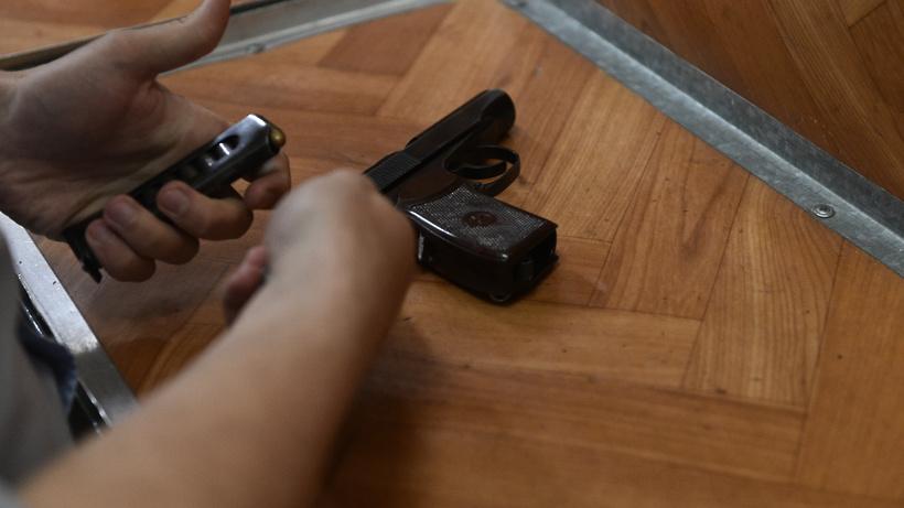 Полицейский выстрелом приостановил дебошира скуском стекла в столицеРФ