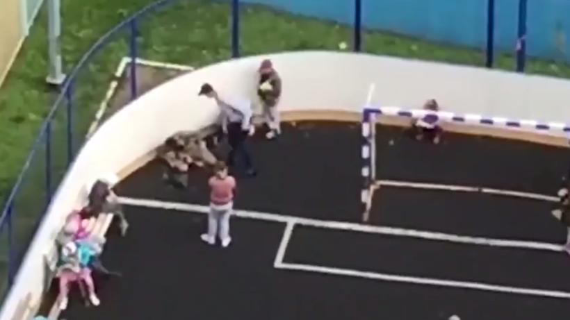 Подросток отхлестал детей наспортплощадке в столице России