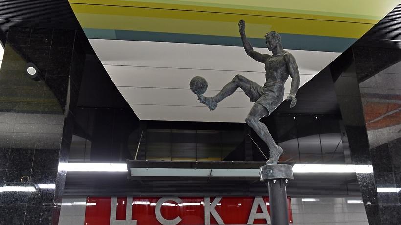 Настанции «ЦСКА» установили скульптуры баскетболиста ифутболиста