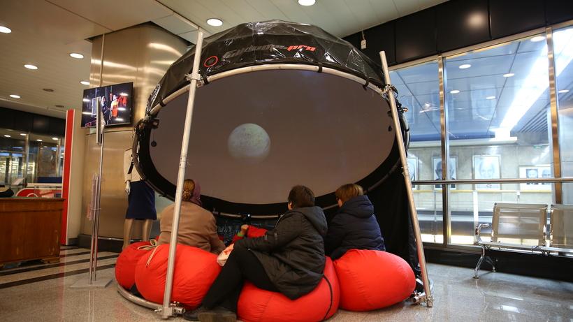В российской столице настанции метро «Выставочная» начал работу мобильный планетарий