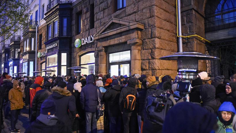 НаТверской улице в столицеРФ ограничили движение из-за очереди заiPhone X