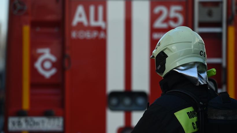 Ангар загорелся на Дубнинской улице в Москве