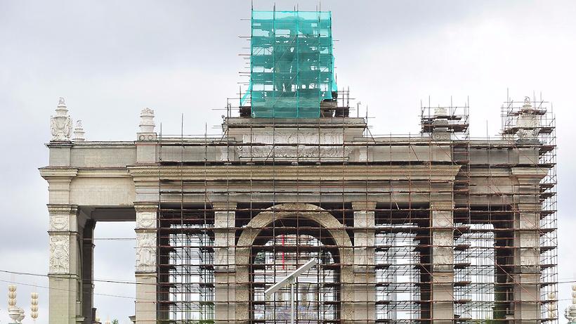 Скульптуру «Тракторист иколхозница» над основным входом ВДНХ отреставрировали