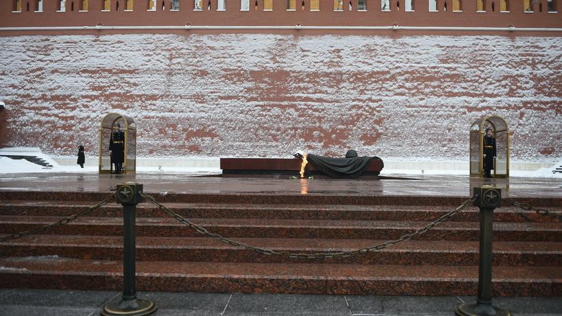 Вечный огонь устен Кремля прошел торжественную профилактику
