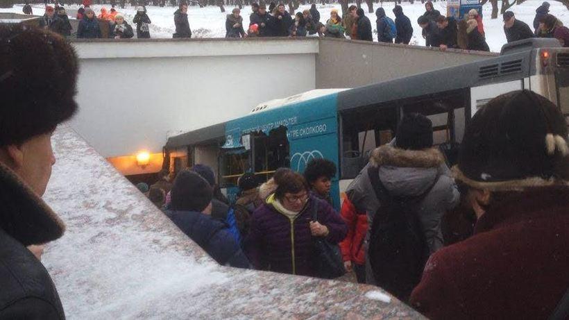 Милиция задержала водителя врезавшегося вподземный переход в столице автобуса