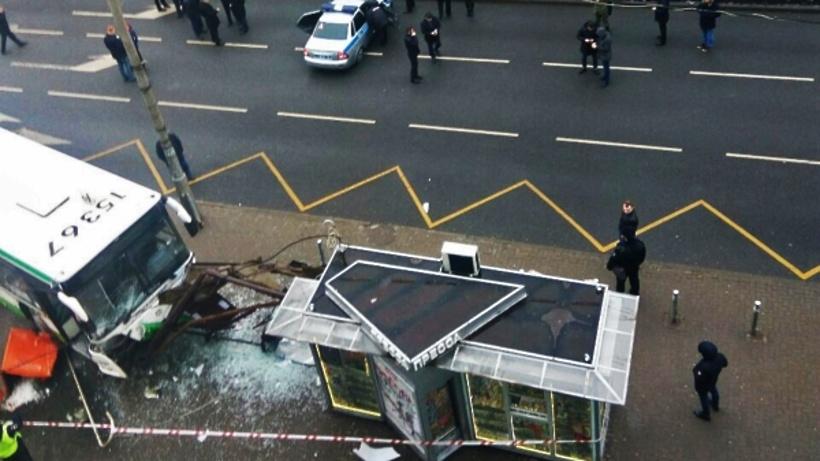 Винтернете появилась запись, как автобус «таранит» остановку в столице