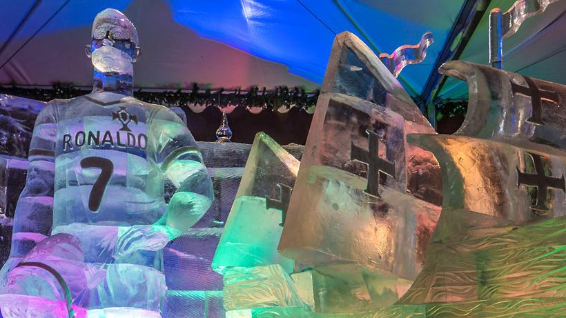 Ледяная скульптура Роналду в столице России стала поводом для шуток вглобальной сети