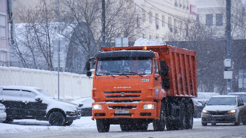 Около 75 тыс кубометров снега вывезли изцентра столицы запрошедшие сутки