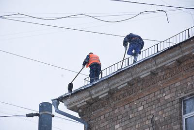 Кровлю жилого дома в микрорайоне Климовск Подольска очистили от наледи по просьбе жителя
