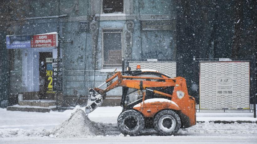 Около 75 тыс. кубометров снега засутки вывезли сулиц центрального округа