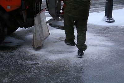 В Люберцах обработают реагентами тротуар у ж/д станции по просьбам жителей