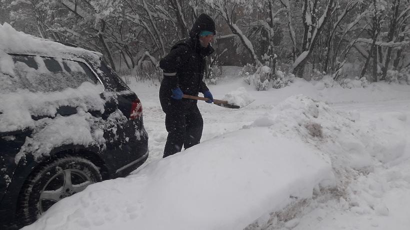 Аномальный снегопад встолице вызвал в Российской Федерации ажиотажный спрос налопаты