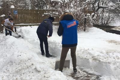 Волонтеры расчистили снег во дворах пенсионеров в 18 муниципалитетах Подмосковья