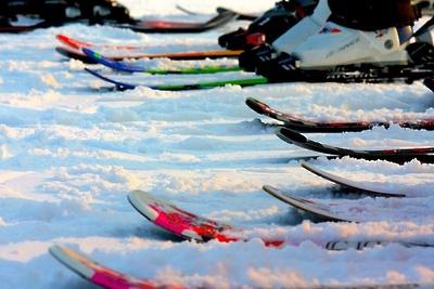 Лыжные трассы Красногорска начали засыпать искусственным снегом