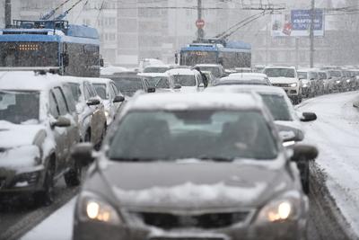 Столичным автомобилистам посоветовали пересесть на общественный транспорт из‑за снегопада