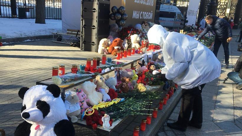 НаПушкинской площади проходит акция памяти попогибшим вКемерово