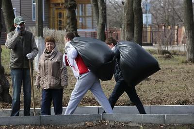 Работники дорожных ведомств Подмосковья собрали свыше 6,2 тыс куб м мусора на субботнике