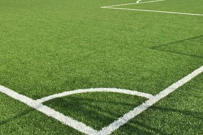 В школе Подольска отремонтируют покрытие искусственного футбольного поля