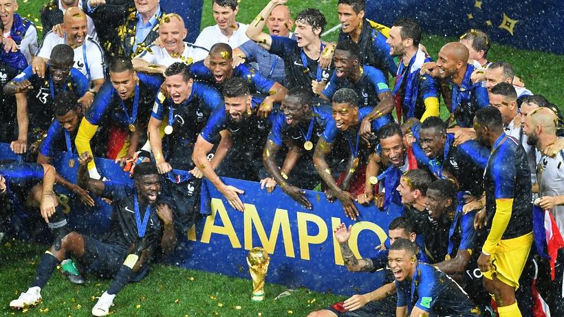Сборной Франции вручили Кубок мира пофутболу