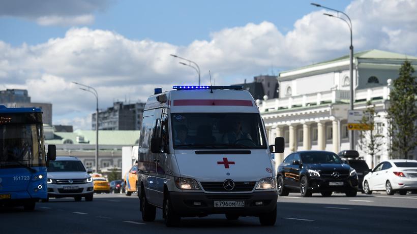 Водитель получил травмы при опрокидывании грузовика на западе Москвы