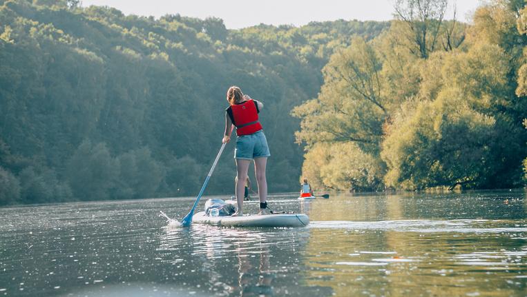 Девушка с веслом: что такое сап-серфинг в Подмосковье, озеро, лето, погода