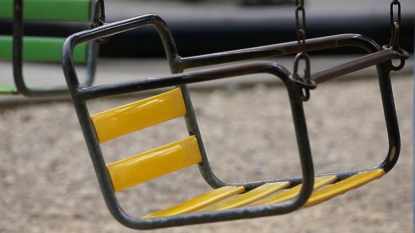 Рабочие отремонтировали качели на детской площадке Подольска по просьбе жителя