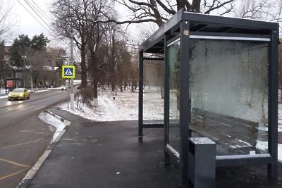 В микрорайоне Подольска начали менять стекла на автобусных остановках