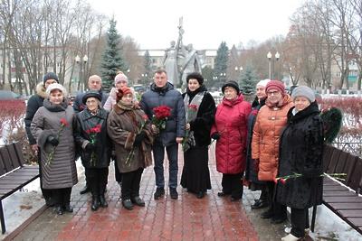 В поселке Подольска возложили цветы к памятнику погибшим в Великой Отечественной войне