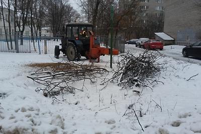 Спиленные ветки убрали в микрорайоне Подольска по просьбе жителя