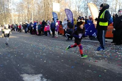 Спортсмены из семи стран принимают участие в карнавальном забеге в Королеве