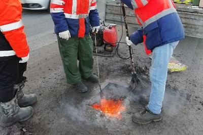 Подрядчик приступил к ремонту дорожных ям на Индустриальной улице в Подольске