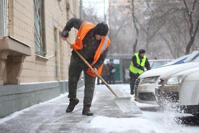 Около 70 дворников привлекли к очистке дворов микрорайона Подольска от выпавшего снега