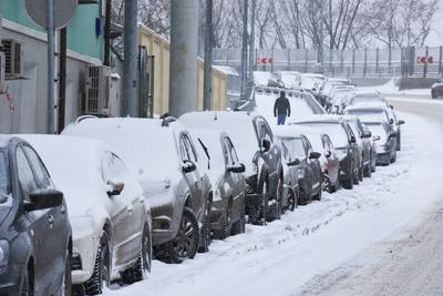 Столичным автомобилистам посоветовали внимательнее парковаться в выходные из‑за метели