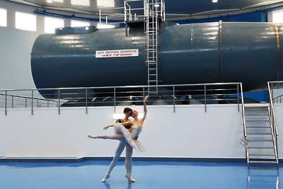 Оперные певцы и юные балерины выступили в зале центрифуги Центра подготовки космонавтов