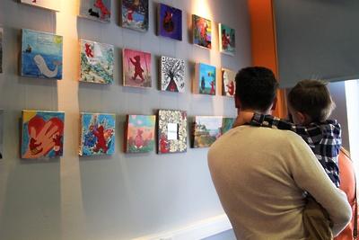 В Красногорске открыли выставку картин о приключениях Красного мишки