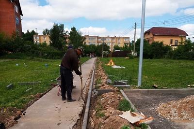 Бордюры начали менять на дороге в поселке Дубровицы Подольска