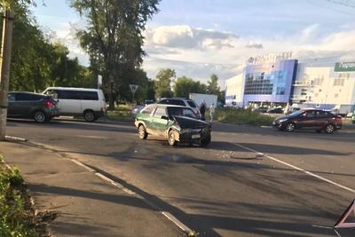 Кроссовер столкнулся с автомобилем на одном из перекрестков микрорайона Подольска