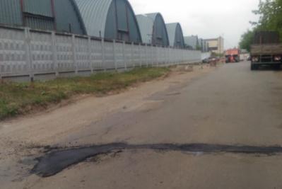 Рабочие заделали ямы на Вишневой улице в Подольске по просьбе жителя
