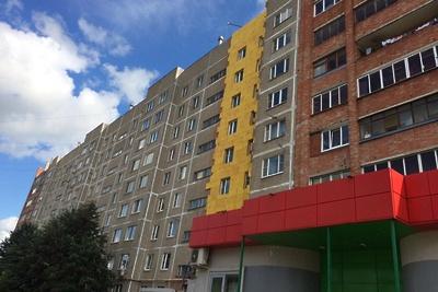 В микрорайоне Подольска утеплят фасад многоквартирного дома