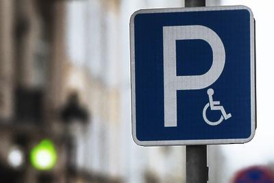 Знак парковки для инвалидов установят возле одного из домов в Дзержинском до 15 декабря