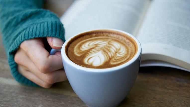 Девушка с кофе и книгой