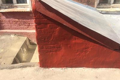 Трещину заделали в козырьке подвального помещения в одном из домов Подольска
