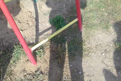 В Подольске убрали торчащие из‑под земли железные углы на детской площадке
