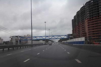 Пролет пешеходного перехода начали устанавливать на Старосимферопольском шоссе в Подольске