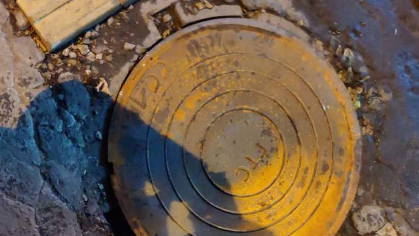 Люк закрыли крышкой на улице 40 лет Победы в Балашихе после жалобы жителя